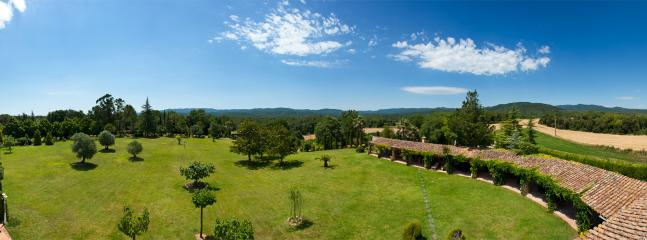 La propiedad cuenta dos hectáreas ajardinadas.