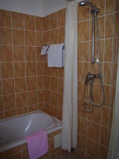 Salle de bain : vue baignoire balnéo, douche
