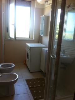 bagno vista mare con box doccia e lavatrice