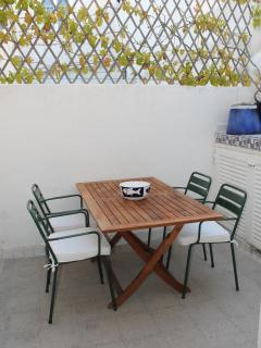 Tavolo nel terrazzo interno a servizio della cucina