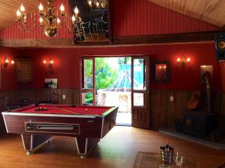 A fantastic poolside  bar , pool table ,wifi, music. Games ,ice maker outside and inside seating