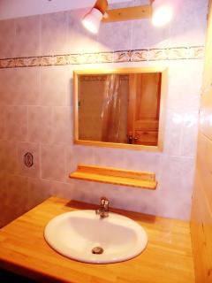 salle de bains : 1 baignoire, 1 vasque, miroir, radiateur sèche-serviettes.