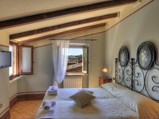 Lucia: lovely house for 2-6 in medieval village, Montemaggiore al Metauro