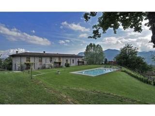 House, gardens, pool and mountain views!