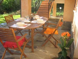 Tavolo e sedie da giardino nella veranda esterna perfetta per soggiornare al fresco e per i pasti.