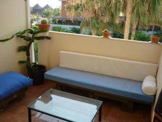 La segunda terraza, acondicionada para tomar el sol, charlar, comer, y relajarse