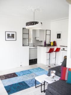 L'espace cuisine avec son bar pour des repas à 2. La table console se transforme pour les repas