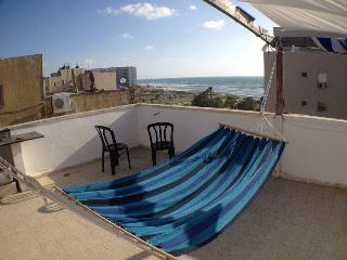 Studio apartment with big terrace and sea view, Bat Yam