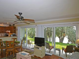 LAKEFRONT CONDO*FREE WIFI* FREE PARKING*BOOK NOW *, Destin