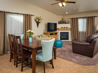 Rustic Elegance. Newly furnished unit, sleeps 9., Moab