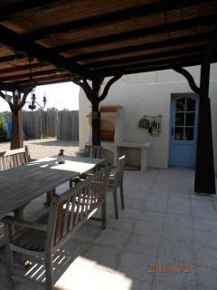 piste de pétanque, terrasse couverte et barbecue
