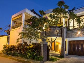 Villa Indah Lagi - Walk to beach, cafes and spas!
