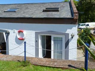 WEST SEA VIEW NO.5, converted boathouse, direct access to beach, parking