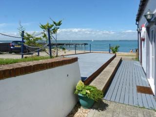 WEST SEA VIEW NO.5, converted boathouse, direct access to beach, parking, slipway, in Yarmouth, Ref 905105