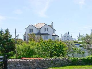BRYN GORS, apartment with sea views, patio, parking, opposite beaches in