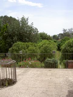 La terrazza più alta con il pozzo e sullo sfondo il giardino