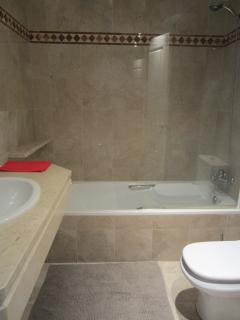 Guest bathroom with bath and shower (en suite)