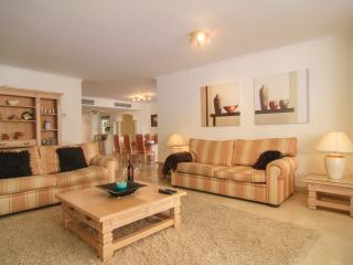 Beachside spacious apartment w/ heated pool, Elviria