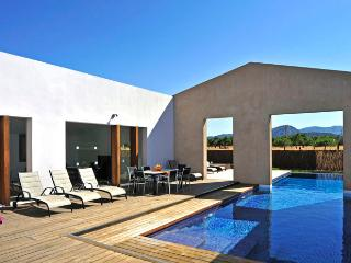 5 BEDROOM MODERN VILLA WITH PRIVATE POOL AND SUN TRAP COURTYARD AREA.