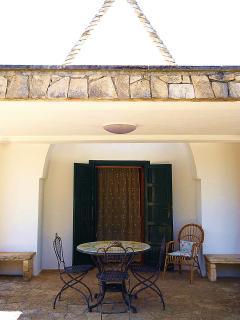 L'ingresso e la  rilassante veranda