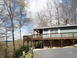Traditional log cabin with  a winter view tucked in the trees, sleeps 6, Blowing Rock