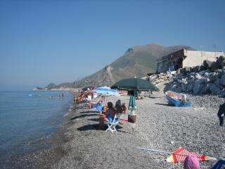 spiaggia con discesa dal Villaggio Portomarina. sullo sfondo costa di Maratea