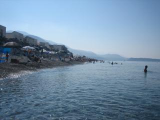 spiaggia innanzi al Villaggio Portomarina. sullo sfondo Isola di Dino