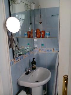 small bath room with everything needed (hot water shower, wc, lavabo, outside window)
