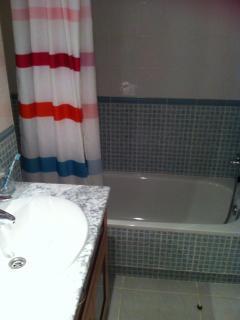 Baño con bañera en habitación principal. El otro baño similar, con ducha.