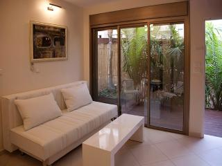House with garden and Jacuzzi in Bat Yam (1)