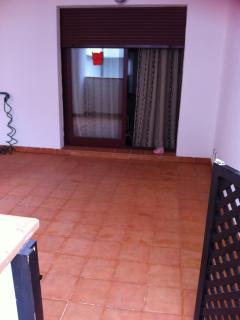 Terraza de 45M2. Dos áreas, una con mesa y sillas, otra con sofás y mesa centro