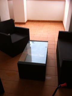 Area de la terraza con sofás y mesa centro