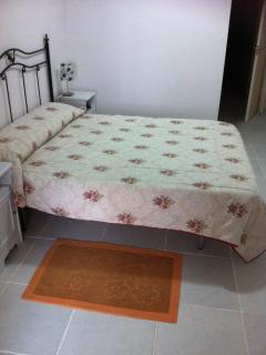 Dormitorio muy amplio cama 1,50. Baño incorporado (con bañera) y salida a terraza de 45m2.