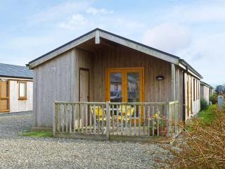 GREENCASTLE COVE CHALET, chalet on holiday park with play area, tennis court