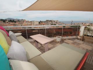 Toit terrasse vue mer plein Sud proche Vieux Port, Marseille