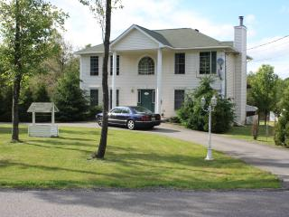 1 Block to the Lake & Pool; HUGE Deck with Weber Grill; Private Hot-Tub!