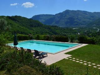 Vallecchia Sotto, 5 bed villa, private pool, great views WIFI, free Tuscan meal