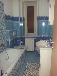 bagno blu con vasca/doccia