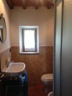 Servizi privati con box doccia e finestra