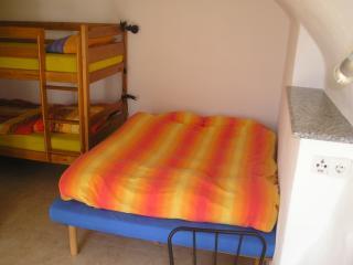 Doppelbett und Etagenbett