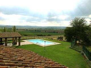 Recently renovated, spacious Tuscan villa with private pool and sunning views of rolling hills, sleeps eleven, Foiano Della Chiana