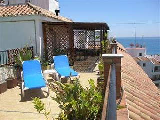 1B Penthouse APT AC WiFi town centre close to beach great location T1001