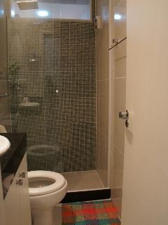 Banheiro social com ducha com excelente jato de água.