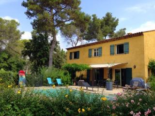 JdV Holidays Villa Liseron, 4 bedroom with pool, great area, great price!, Biot