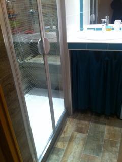 grand espace douche avec large siège carrelé