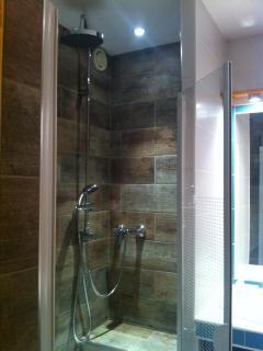 salle d'eau (douche, plan de toilette, lave-linge 6 Kg) .... WC séparés