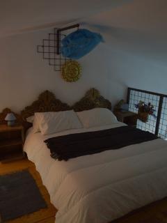 il letto matrimoniale sul soppalco aperto appartamento 'la Rana'