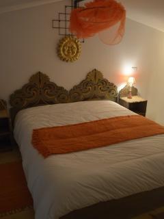 il letto matrimoniale sul soppalco aperto appartamento 'la Volpe'
