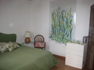 Pretty studio/Iris in historic Villa with garden, Ravello