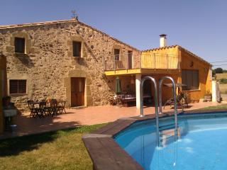 Fachada de la casa rural junto a la piscina segura para niños. Se puede sacar la escalera de entrada